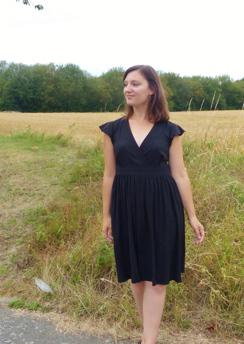 Une petite robe noire effet cache-coeur